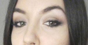 Durante las extensiones y maquillada.